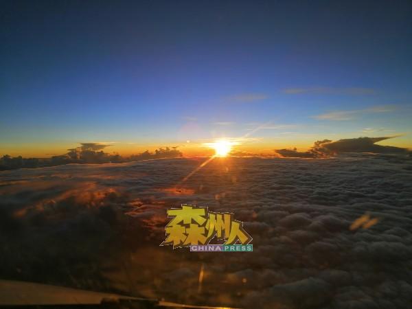 何永溋痴爱着三万多尺高的天空景象,欲罢不能。