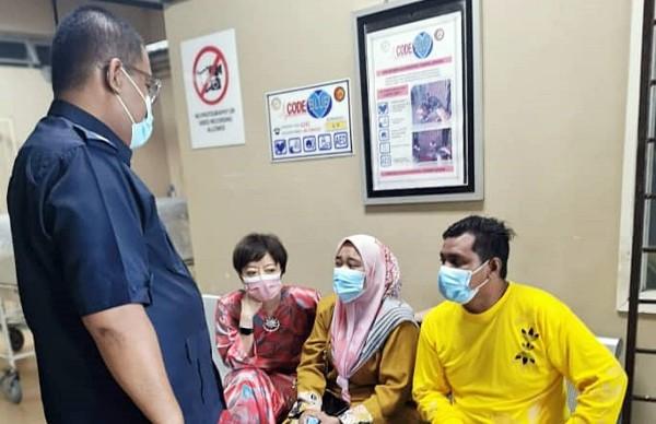 消拯员芙蓉分局主任莫哈末(左站)向男童父母交代寻获尸体经过并给予安慰,左2是陈丽群。