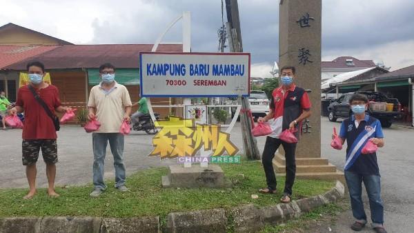 刘伟成(左2)连同支部执委,把一包包的黄瓜派送给万茂新村的村民。