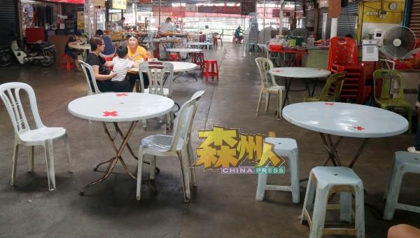 由于疫情严峻,有些民众选到地点宽敞,人潮较少的食肆用餐。