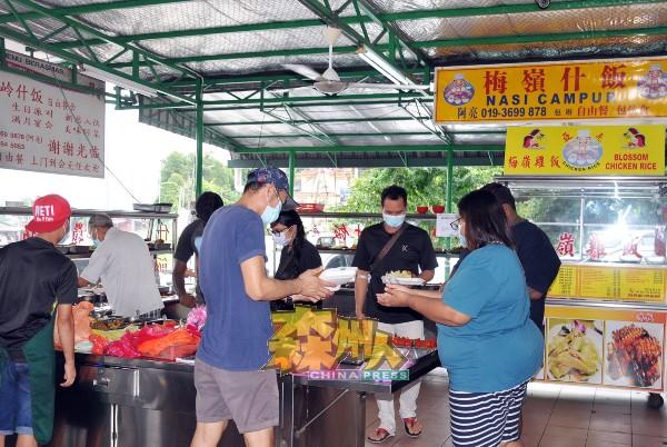 梅岭美食中心的杂饭摊,平日午餐时间大排长龙,现在顾客匆匆打包回家。