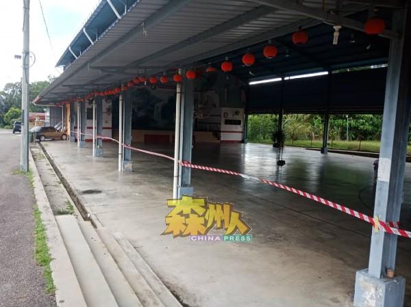 打坡能宁新村多元用途大礼堂的篮球场也遭到关闭。