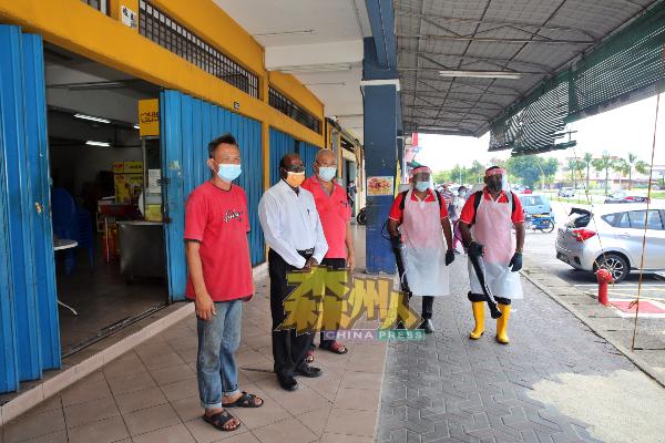 P古拿(左2)安排行动党消毒队到新康城茶室展开消毒工作,左为拉杭新村村长刘秋兴,左3为黄颜豪。