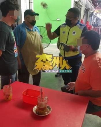 警方在马口小贩中心巡视期间,发现店主擅自让顾客堂食,最终店主被罚1万令吉,顾客被罚1500令吉。