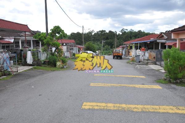 居民对屋前付费铺路不疑有诈,结果迟迟未见铺路工程进行。