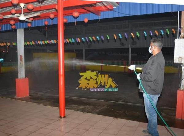 基于民众安全,阿鲁古马亲自进入拿督公公庙喷洒消毒液,杜绝病菌传染。
