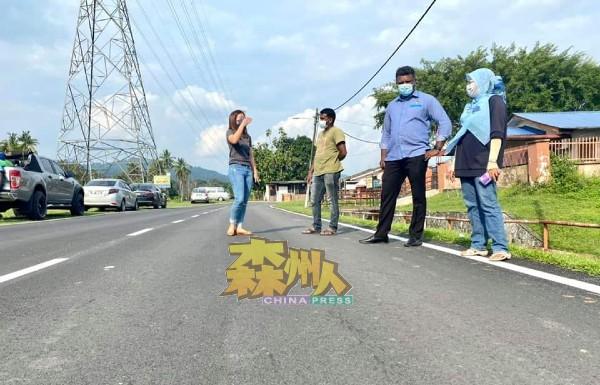 文丁甘榜打南获得芙蓉市政局拨款10万令吉重铺道路,工程已完成,杨媚婷(左起),慕鲁格,阿鲁古马及村长阿兹扎,巡视道路情况。