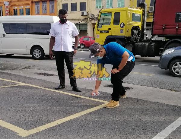 市政局执法小组在摊位方格喷漆写上号码,让摊位排序恢复正轨。