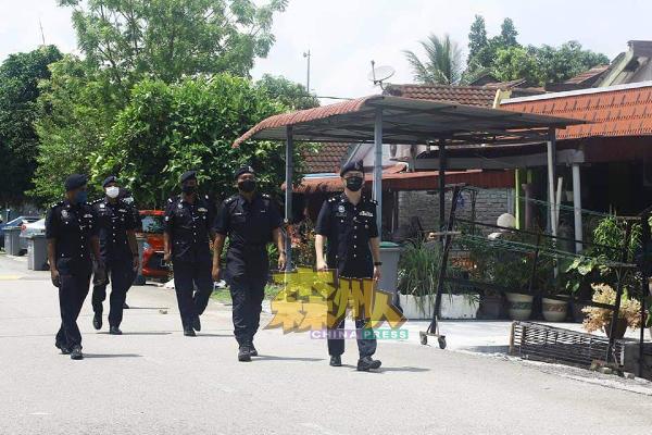 胡昌福(右)率领警员前往住宅区沿户进行突检,没发现有民众违反SOP。