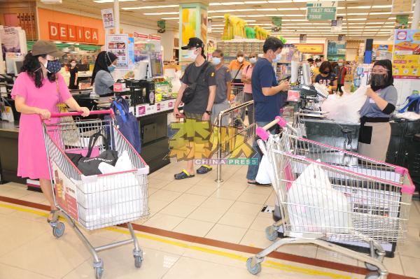 芙蓉新城永旺购物商场内仅超级市场处可看到较多人选购日常用品、蔬果、肉类,至于其他服装、电器部门等是门可罗雀。