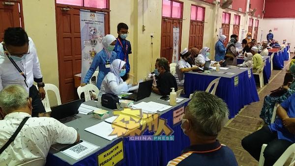 现场医务人员充足,包括开设10个柜台。