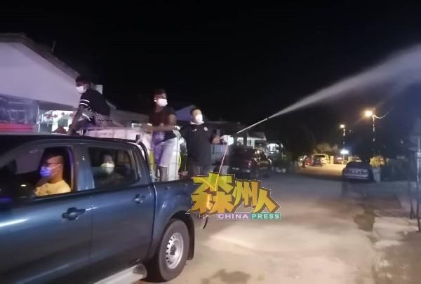 淡边警方派出巡逻车,为消毒车队开路及维持交通秩序。