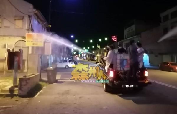 淡边民行消毒车队在淡边市区,积极展开消毒行动。