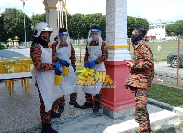 利民济消拯局的消毒队在临展开行动前,聆听负责指挥官员的现场汇报。