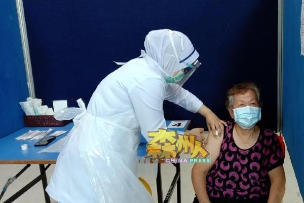 华裔老妪在接种疫苗后,表示毫无痛楚的感觉。