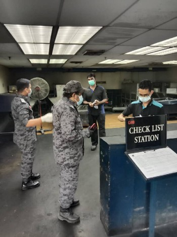 工厂也是执法人员检查的单位之一,以确保工厂及员工遵守标准作业程序。