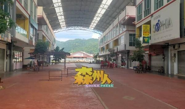 马口奥罗拉商业区空无一人,大部分商店都没有营业。