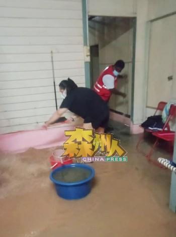 马口州议员服务区协助灾黎扫水清理泥浆。