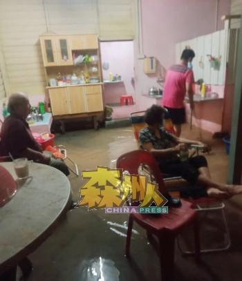 住在朱区和峇都巴卡交界处的大多都是年迈居民住家,家中不幸遭到水灾袭击,所幸有人上门协助他们打扫屋子。