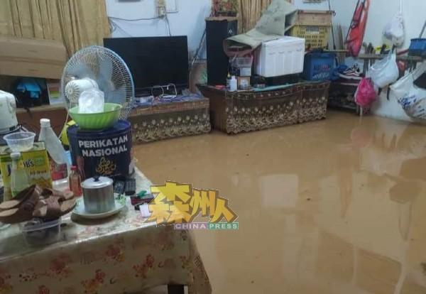 屋子遭到水灾来袭,居民把家具垫高,以免遭到损失。
