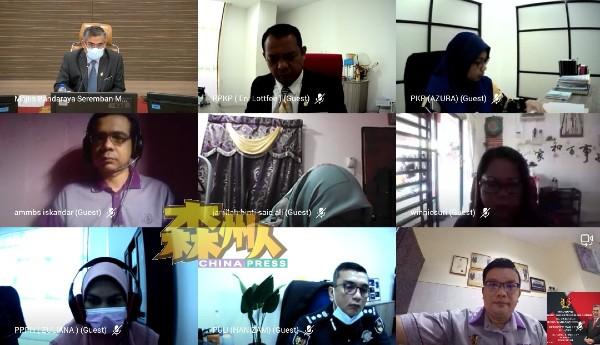 查扎里(首排左)与芙蓉市议员在线上一起合照留念。