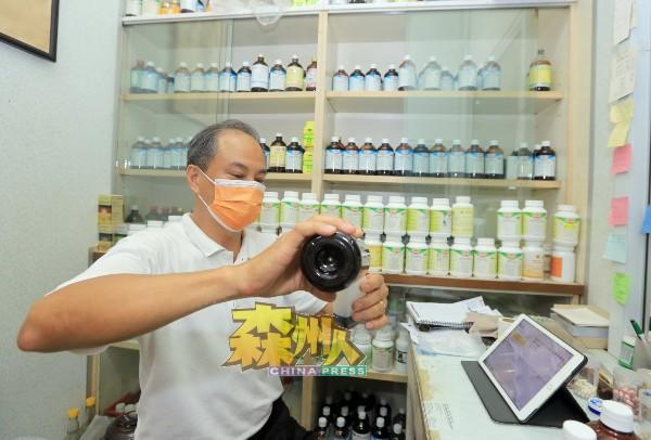 蔡智兴依据病患在电话或视讯口诉的病况,开出治疗的成药。