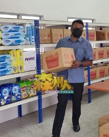 阿鲁古马动用州议员附加拨款添购食粮奶粉及必需品,为隔离者家庭提供粮食援助。