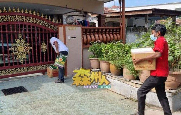 志工团成员把粮食置放民居门前,全程没有与确诊者家庭成员近距离接触。