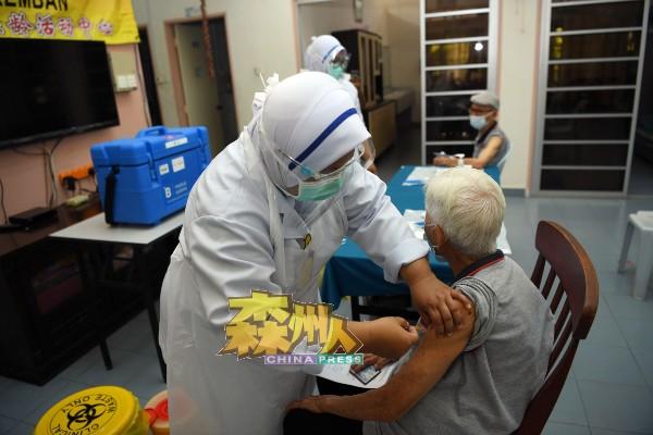 年长者免疫力较弱,在未接种疫苗前,更容易被感染新冠病毒。