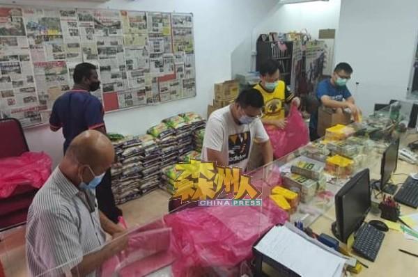 亚沙国会议员助理团队正准备包装物资,以发放给登记接种疫苗的民众。