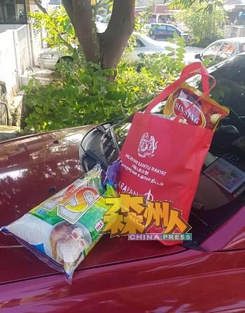 谢琪清的助理把物资交到确诊者家外,协助解决隔离期间无法出外购买食粮的问题。