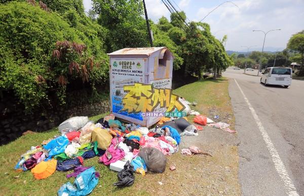芙蓉梅岭花园资源回收箱,在路旁成了碍眼的垃圾 堆,可见衣物四散。