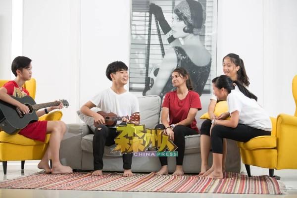 赵玧相(左2)在课余时间,与同学一起玩乐。