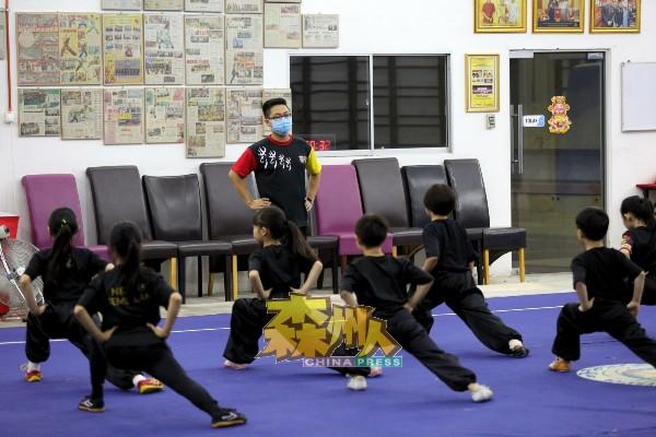 在疫情肆虐下,森精武体育会的武术班学员人数已减少50%。