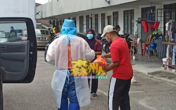 所有人穿上全副武装,为正在居家隔离者送上粮食。