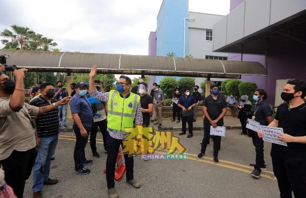 行动进行约15分钟后,警方便介入,要求结束行动。