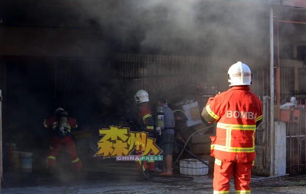 消拯员进入火场展开灌救工作。