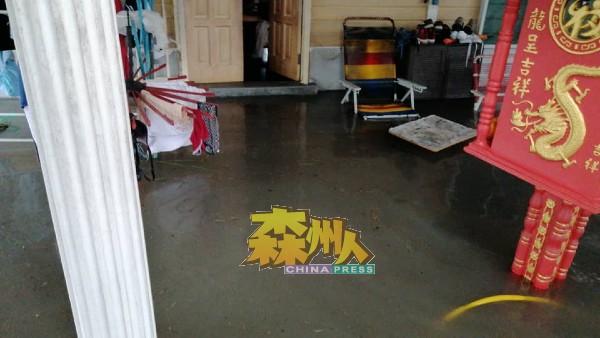 小甘密新村许多村屋,为防止洪水倒流淹入屋,全部自动垫高门槛。