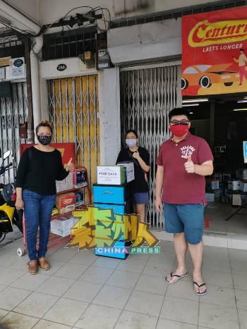 爱莲(Irene,左)与义工们每天都会到各地点的食物银行补添食物。