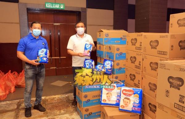 除了干粮,社会热心人士也捐助婴儿用品,协助有需要的家庭,左起为吴清贵及陆兆福。