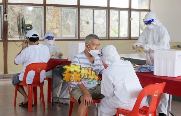 来自吉隆坡Protect Health医疗团队为民众进行快速抗原检测试剂(RTK-Antigen)检测。
