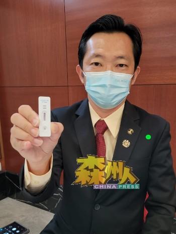 谢琪清在出席国会时展示检测结果,并鼓励民众不要错过检测的机会,共同确诊减少社区感染。