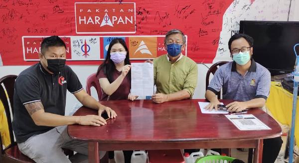 女事主梁桂蔚(左2)向周世扬(左3)反映痛失银行户头存款的遭遇,左起为周世扬助理周佳科、吴勇汉市议员。