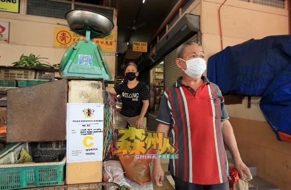 张汉强:不只很少小贩开摊,来买菜的人更少,不敢拿太多的货。