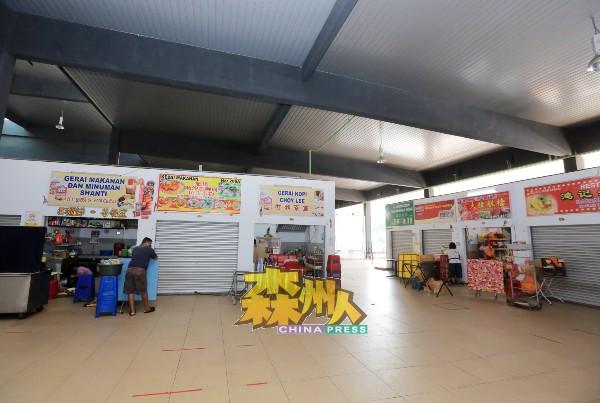 楼上熟食摊区只有3个摊位开门,但真正营业的只有2个摊位,大家看到没顾客,各自打扫摊位。