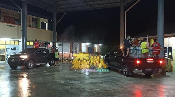淡边民行消毒团队于连夜安排两辆四驱车,赶往亚依昆宁新村华小进行消毒行动。