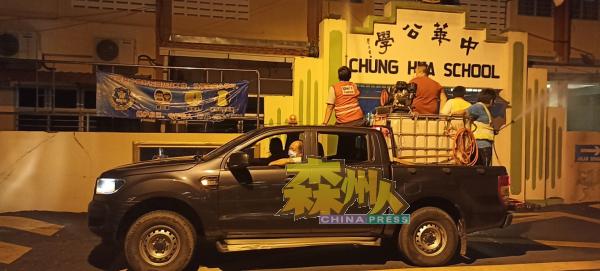 淡边民行消毒车队为淡边中华公学进行喷洒消毒液行动。