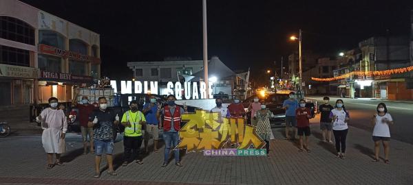 淡边民行消毒团队在完成消毒任务后,在淡边广场前留影。