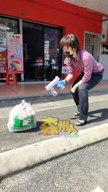 陈丽群亲自消毒,筛检妇女送返的一袋物资,并将物资置放在太阳底下暴晒。