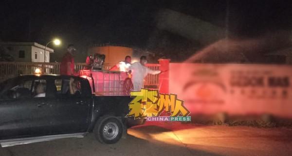 淡边民行消毒团队连夜,赶往金义利棕油厂消毒。